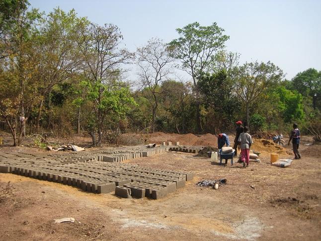 Les briques sont fabriquées sur place. Photo © CCC/M. Laurans