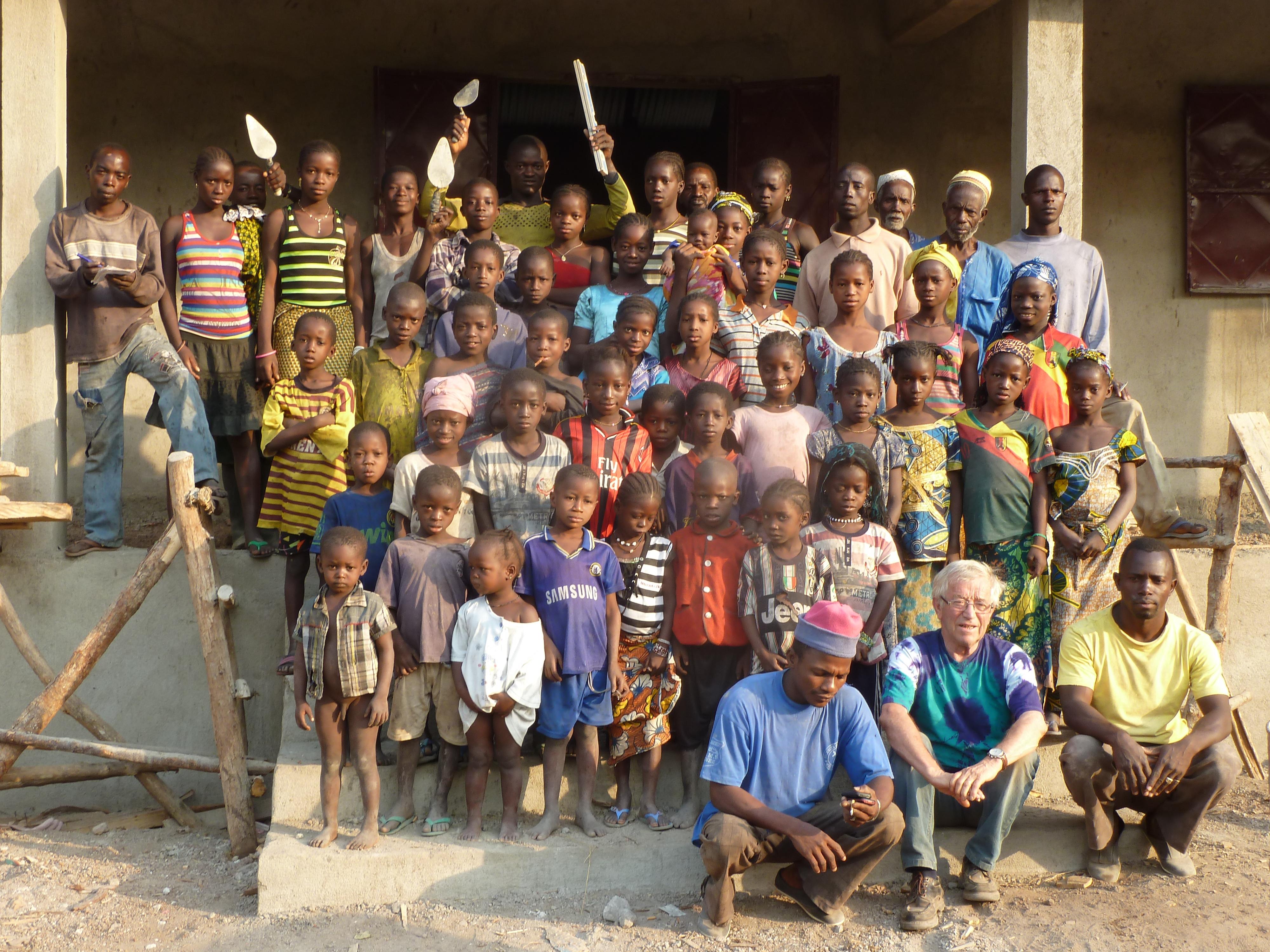 Les enfants devant leur école. Photo M Laurans